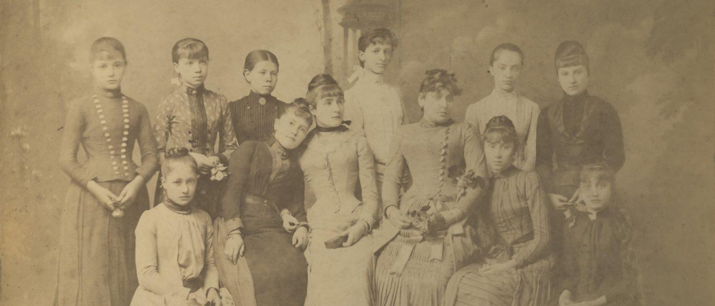 Fotografija učenk vadnice v Novi Gorici - SI_PANG/0248 Vadnica v Gorici, osmi letnik vadnice v Gorici (1889)