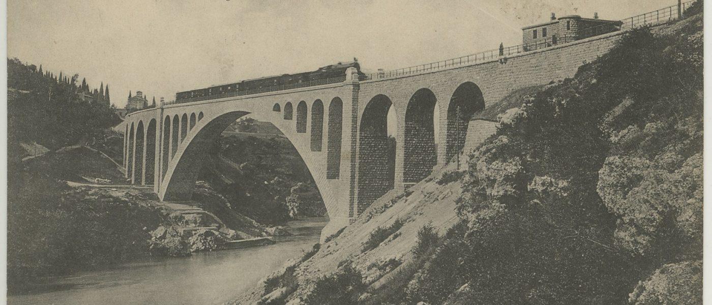 Fotografija Solkanskega mosta - SI_PANG/0667 Zbirka razglednic krajev, Solkan 3134, (neodposlana) Gorica-Solkan, največji kamniti most na svetu (obok 85 m) = Gorizia, Il nuovo ponte sull'Isonzo (l'arco 85 m) = Görz-Salcano, Die grössteSteibrücke der Welt (der Bogen 85 m)