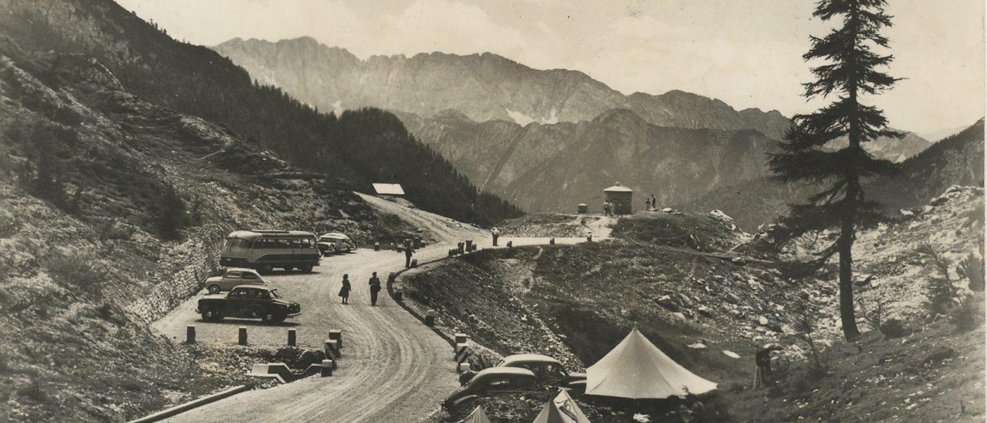 Slika ceste na Vršič - SI_PANG/0667 Zbirka razglednic krajev, Vršič 602, (odposlana 1962)